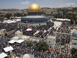 Muslims-perform-Friday-prayer-at-al-Aqsa-mosque-fcafe2c6be6a94a80abfaf4a3137395f5e6f03e0