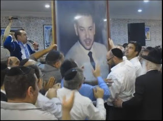 Moroccan-Jews-Dancing-While-Carrying-Photo-of-King-Mohammed-VI-6be39f28e3945757ad3a2ed6838c4edf634f5387