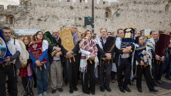 Non-Orthodox rabbis and Women of the Wall at the Kotel, 2 November 2016. Rabbi Rick Jacobs of the URJ is the tall man near the center; to his left is Anat Hoffman.