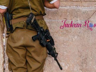 IDF+Soldier+at+Western+Wall+%281%29-11298207ae3856318adcb2aa6dfa0bb49346e7e5