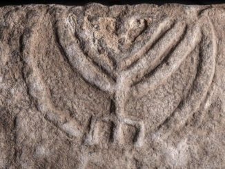 menorah-tomb-door-0c7d0cb8122e9678e1a125c94ab4e420b5c9d736